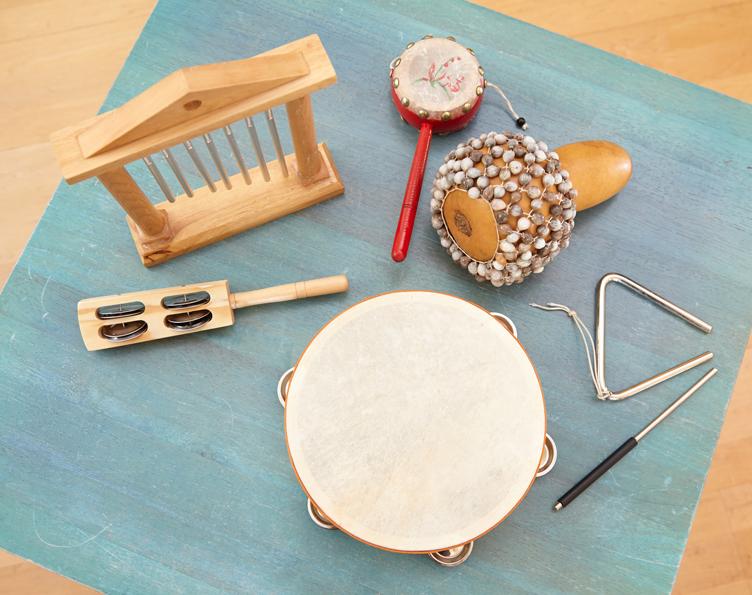 Therapeutische Materialien (Holzkegel, Igelbälle, Tennisball, Massageroller, Deuserband für Stimmtherapie, Spiegel)